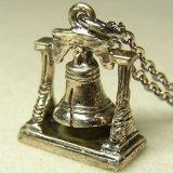 """アメリカ ヴィンテージ """"自由の鐘:Liberty Bell""""シルバー(銀製)チャーム 14×18mm(チェーン有り。無しの場合は300円引き)"""