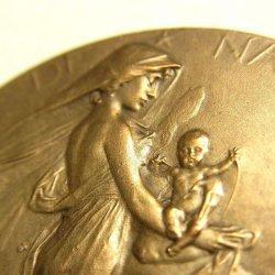 """画像1: 【バーゲン】【美形】フランス アンティーク ブロンズ メダル """"聖母マリアに抱かれ イエス誕生"""" Jules Édouard Roiné 作 37mm"""