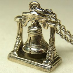 """画像1: アメリカ ヴィンテージ """"自由の鐘:Liberty Bell""""シルバー(銀製)チャーム 14×18mm(チェーン有り。無しの場合は300円引き)"""